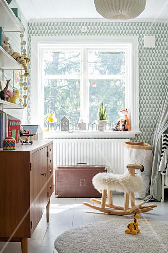Helles Kinderzimmer mit grafischer Tapete und Vintage-Möbeln