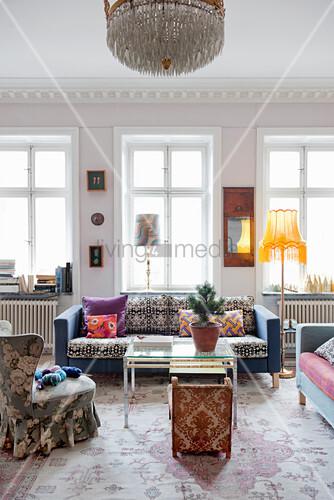 Bunte Möbel mit verschiedenen Mustern im Wohnzimmer