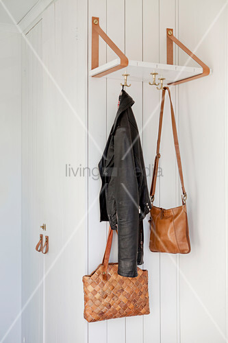 Regalbrett an zwei Lederschlaufen mit Haken als Garderobe