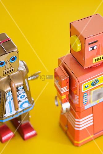 Roboterfiguren auf gelbem Grund