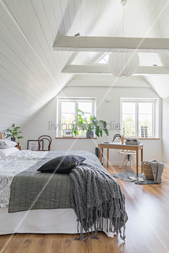 Schlafzimmer mit weißer Holzverkleidung im Dachgeschoss
