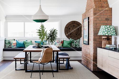 Esszimmer Mit Tisch Bank Kombination, Im Hintergrund Eingebaute Sitzbank  Mit Kissen Vor Fenster