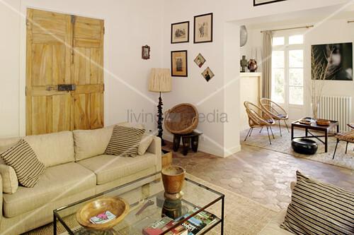 Zweigeteiltes mediterranes Wohnzimmer in Beige
