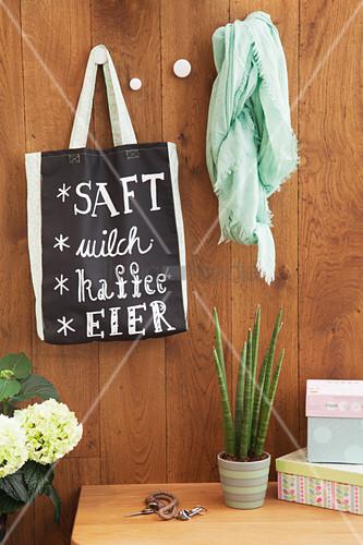 Einkaufsliste auf einer selbstgemachten Tasche aus Tafelstoff