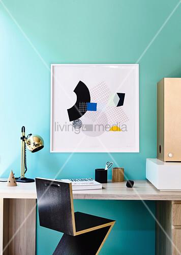 Zig-Zag-Stuhl am Schreibtisch im Arbeitszimmer mit türkisfarbener Wand