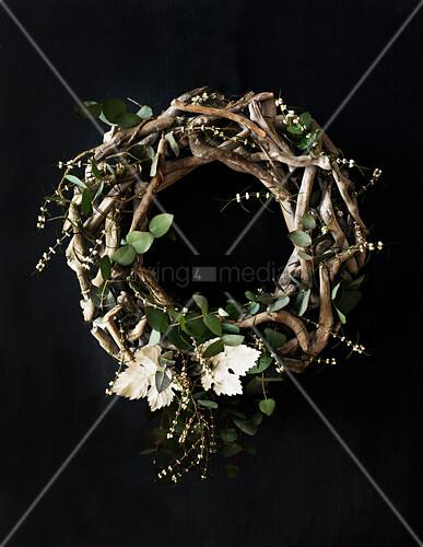 Kranz aus geflochtenen Zweigen mit Eukalyptusblättern
