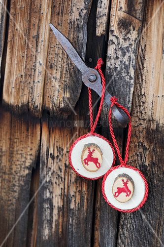 Christmas-tree decorations with deer motifs handmade from wood and felt