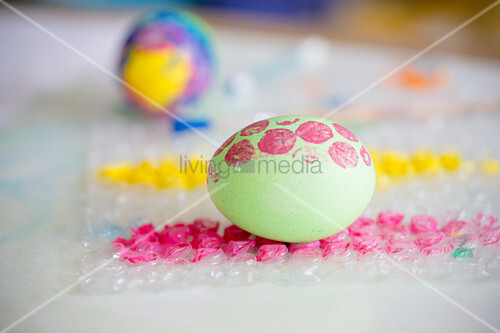 Decorating Easter eggs using bubble wrap