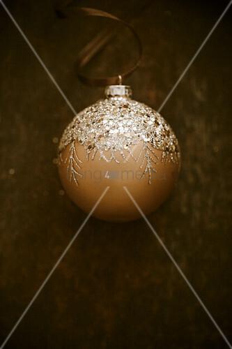 Eine Weihnachtskugel vor dunkler Hintergrund