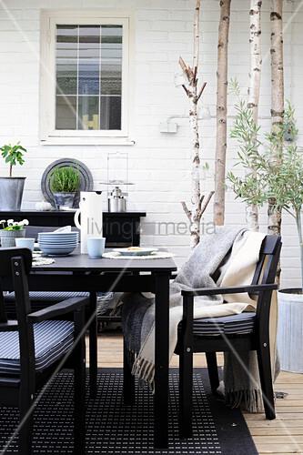 Schwarte Gartenmöbel auf der Terrasse im Skandinavischen Stil