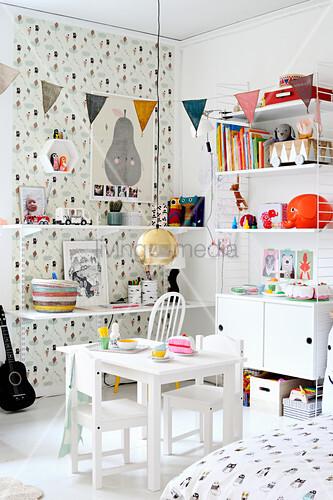 Regalsysteme im weißen Kinderzimmer mit gemusterter Tapete