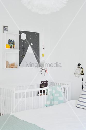 Gitterbettchen und Wanddeko im Elternschlafzimmer in Weiß