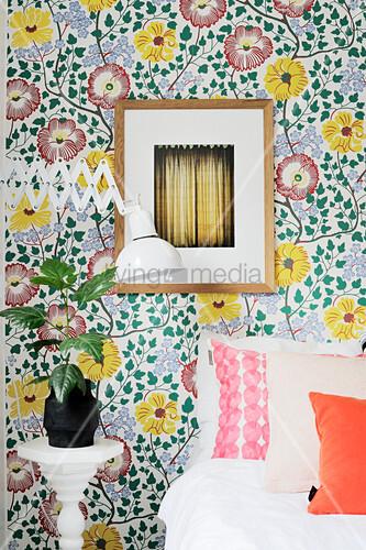 Vintage-Tapete mit Blümchenmuster im Schlafzimmer