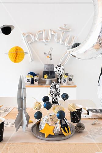 Weltraumparty: Festlich gedeckter Tisch mit Cakepops für Kindergeburtstag