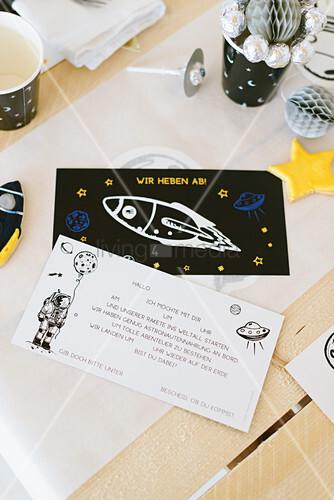 Einladungskarten für eine Weltraumparty