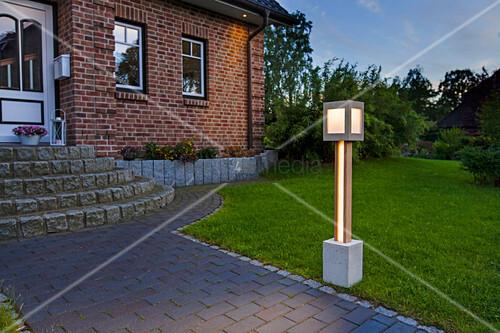 Selbstgebaute Gartenlampe am Weg im Vorgarten