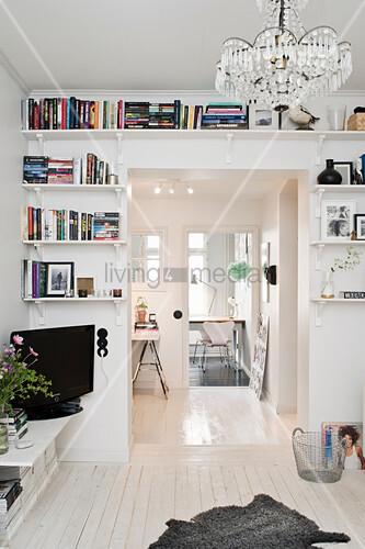 Bücherregale umrahmen einen Durchgang im Wohnzimmer