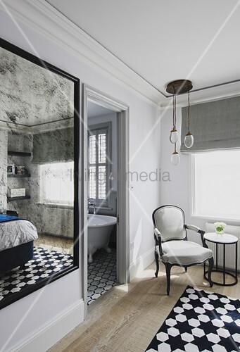 Blinder Spiegel im Schlafzimmer und Sessel vor der offenen Tür zum ...