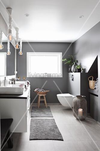 Modernes Badezimmer in Grau und Weiß – Bild kaufen ...