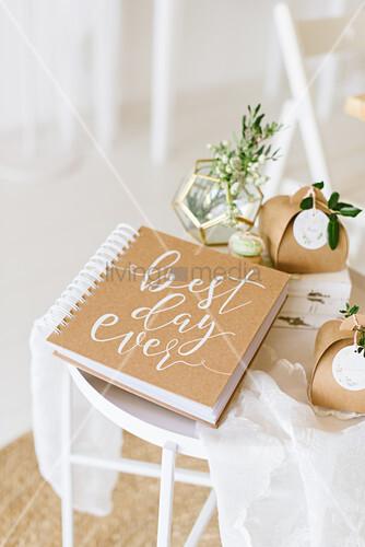 Hochzeitsbuch, Blume in geometrischer Vase und Geschenkkartons