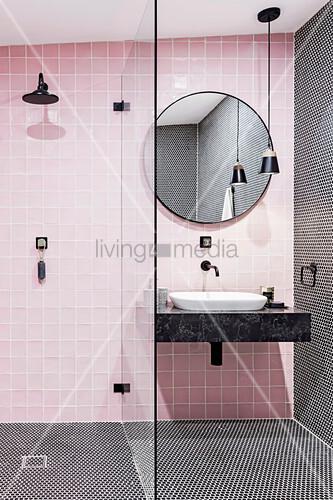 Rosa Badezimmer mit Duschbereich und schwarzen Details