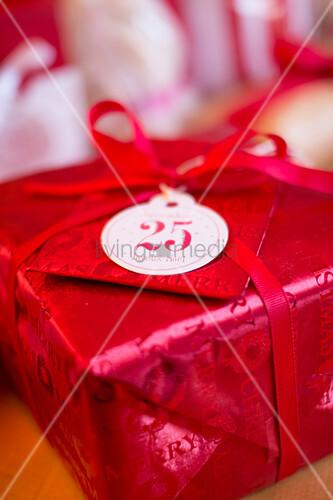 Weihnachtsgeschenk in rotem Papier