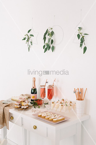 Modernes Weihnachtsbuffet auf weißem Konsolentisch