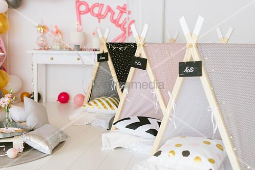 Partyraum mit kleinen Schlafzelten