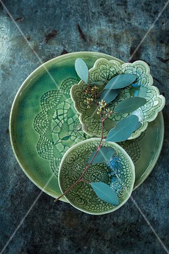 Eukalyptuszweig in grünen Keramikschalen