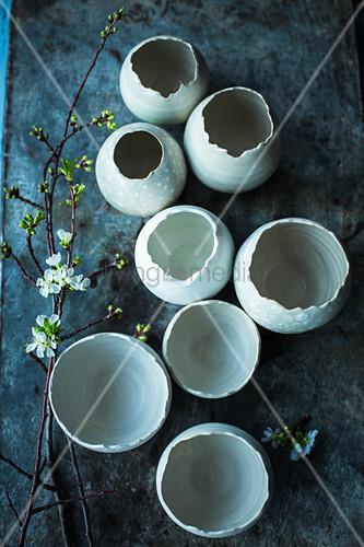 Keramikeier mit Kirschblütenzweig für Ostern