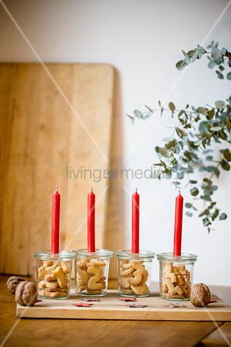 Alternativer Adventskranz mit gebackenen Zahlen im Weckglas