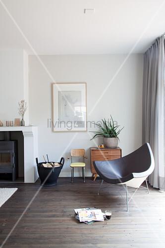 Designerstuhl und Kamin im Wohnzimmer