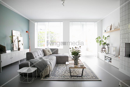 Modernes Wohnzimmer in Grau und Weiß