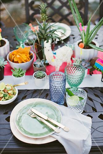 Bunt gedeckter Tisch mit Sukkulenten für mexikanische Party