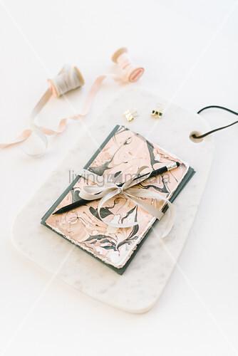 DIY-Grußkarte mit Nagellack marmoriert