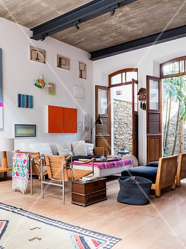 Künstlerisches Wohnzimmer mit großen offenen Terrassentüren