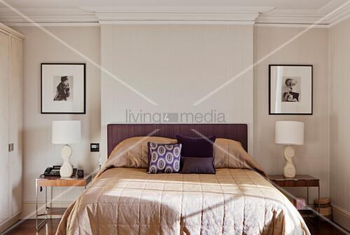 Schlafzimmer In Beige Und Lila Mit Nachttischen In Wandnischen