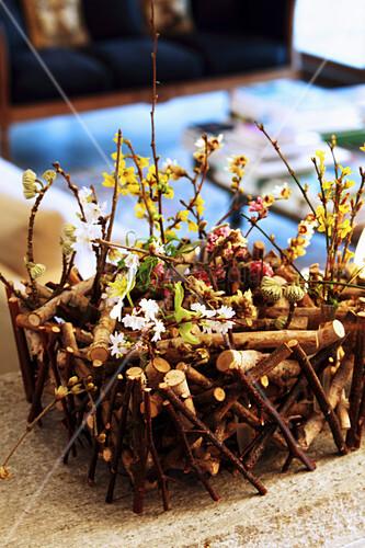 DIY-Körbchen aus Ästen mit Frühlingsblüten
