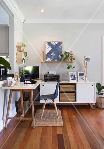 Home Office mit weißem Tisch und Sideboard in Zimmerecke