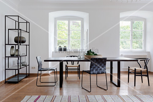 Esszimmer im Skandinavischen Stil mit filigranen schwarzen Möbeln