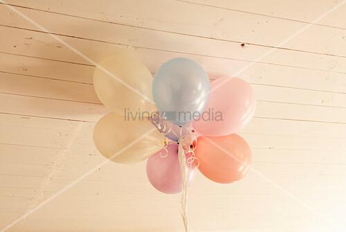 Luftballone an Holzdecke