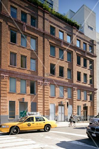 Gelbes Taxi vor einer typisch amerikanischen Backsteinfassade
