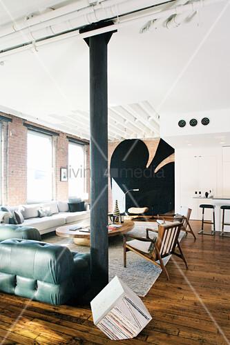 Maskulines Wohnzimmer in einem Loft mit großem Pik-Zeichen