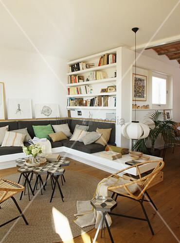 Eingebautes Sofa und Regale im mediterranen Wohnzimmer