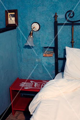 Rustikales Schlafzimmer mit blauer Wand