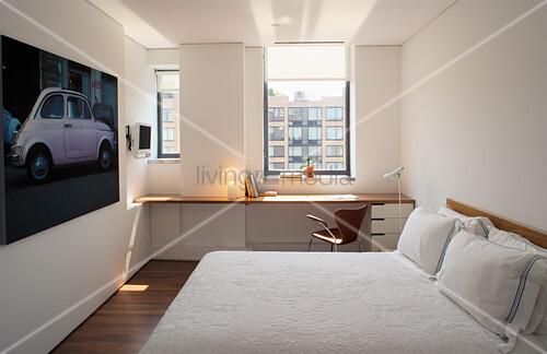 Doppelbett, Autoposter und schwebender Schreibtisch im Schlafzimmer