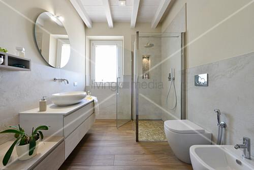 Renoviertes Badezimmer mit Waschtischmöbel, Duschkabine und Bidet