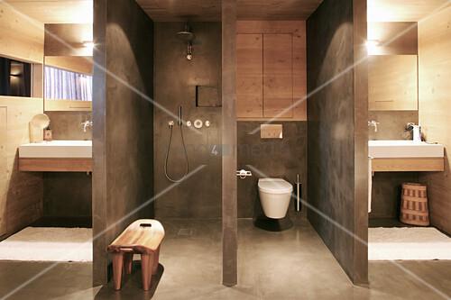 Designerbad mit abgetrennter Dusche und Toilette und zwei Waschbecken