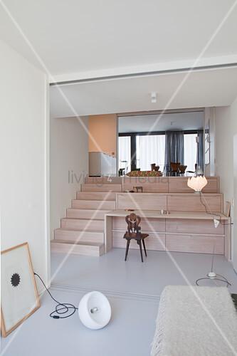 Blick auf die Treppe mit Schreibtisch und Stauraum zur nächsten Ebene