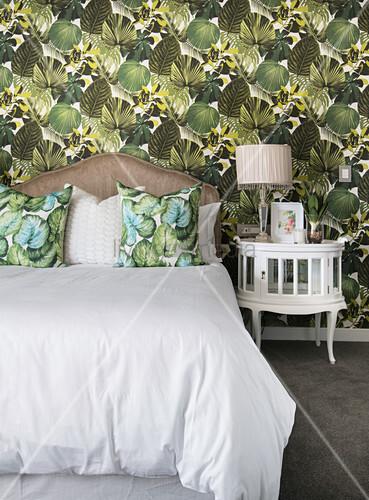 Tapete mit tropischem Blattmotiv im klassischen Schlafzimmer